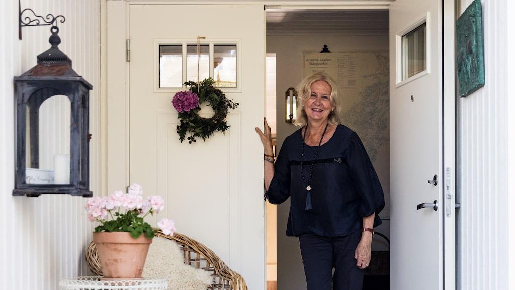 Sassa vid dörren till sitt hus på Yxlan i Roslagen där hon och hennes man Michael numera bor permanent.