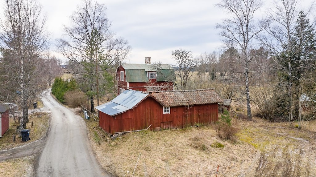 På tomten finns också en rymlig förrådsbyggnad som ingår i köpet.