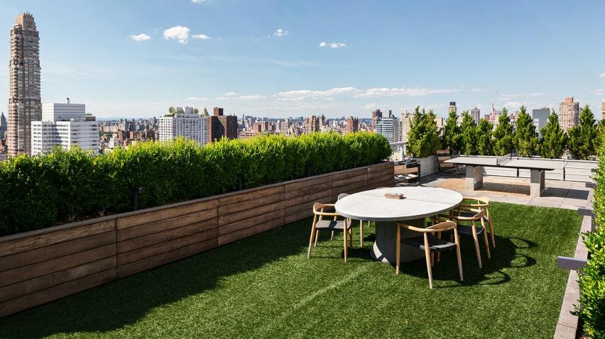 Pingisbord och matbord på konstgräset.