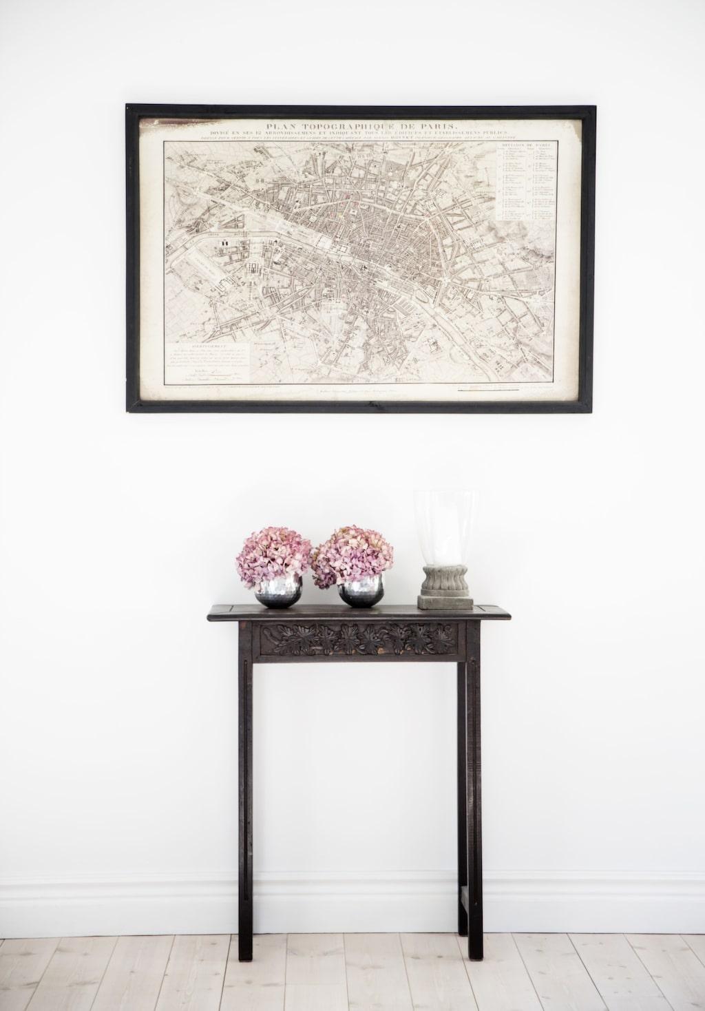 På bordet från Indiska står två torkade hortensior i rosa. Tavlan är köpt på Åhléns.