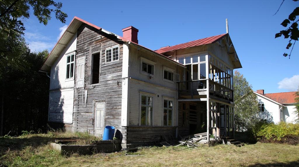 Den här villan från 1909 var ett ståtligt boende en gång i tiden. Nu är den förfallen och ligger ute till försäljning på Hemnet.
