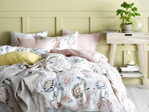 Harmoniskt sängkammarmode med gula och rosa toner hittas i Ellos vårkollektion. Här bäddtextilier med Paisleymönster.