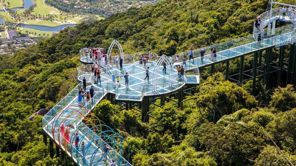 Glasbron i skogsparken Yalong Bay i Hainan.
