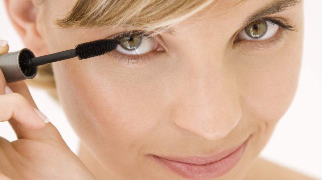 <p>Vilken mascara blir bäst i test? Och hur målar man egentligen ögonfransarna så de blir perfekt långa och täta? Här får du smarta sminktips.<br></p>
