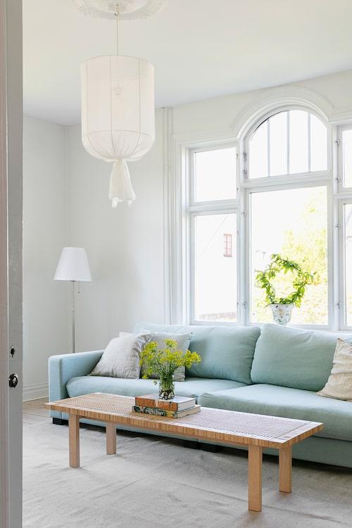 Inredningen utgörs av det man behöver och verkligen tycker om. Vardagsrumssoffan från Sweef är hela familjens favoritmöbel. Soffbordet, liksom golvlampan kommer från Ikea. Taklampa från Ellos.