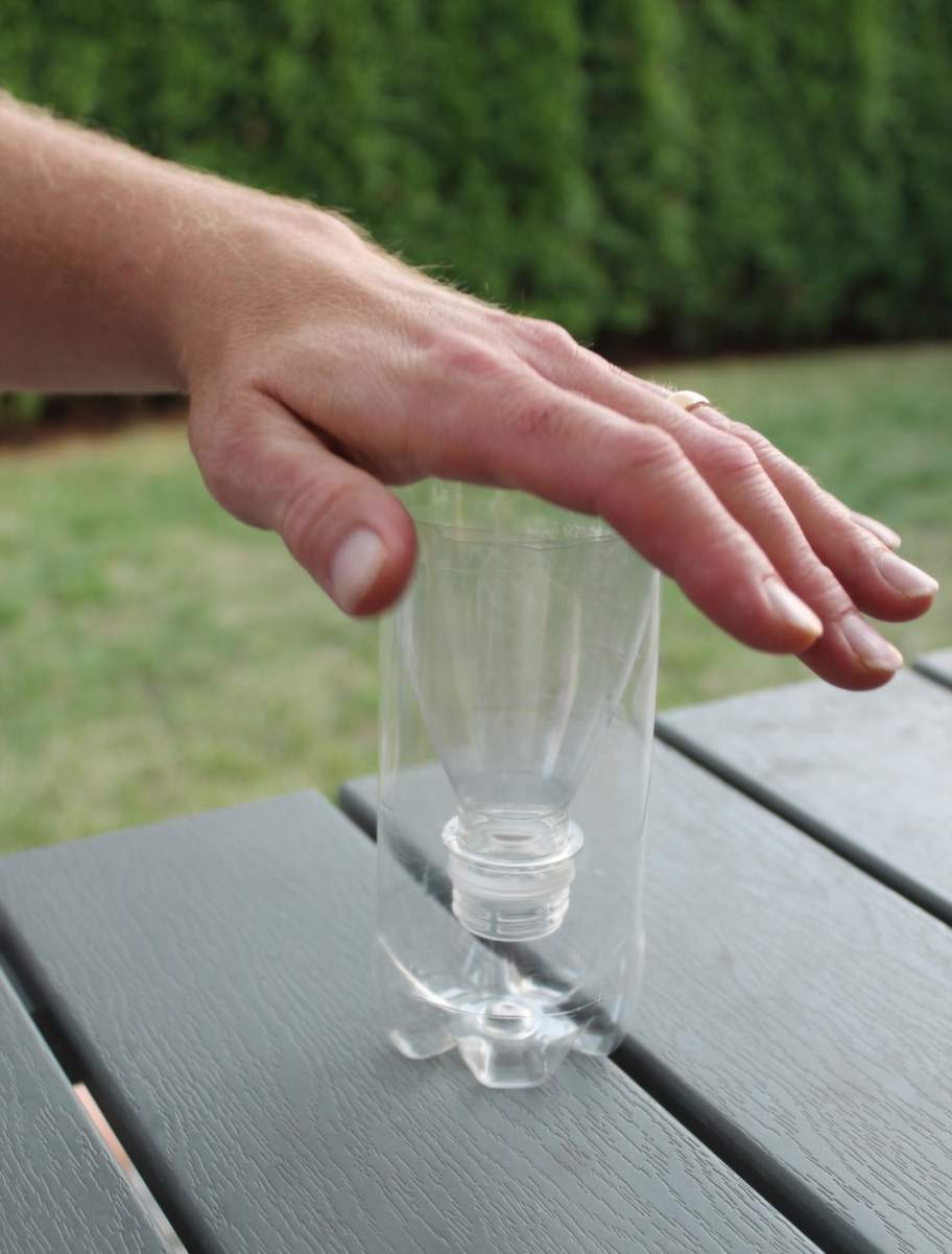 Vänd den övre delen av PET-flaskan mot flaskans botten.