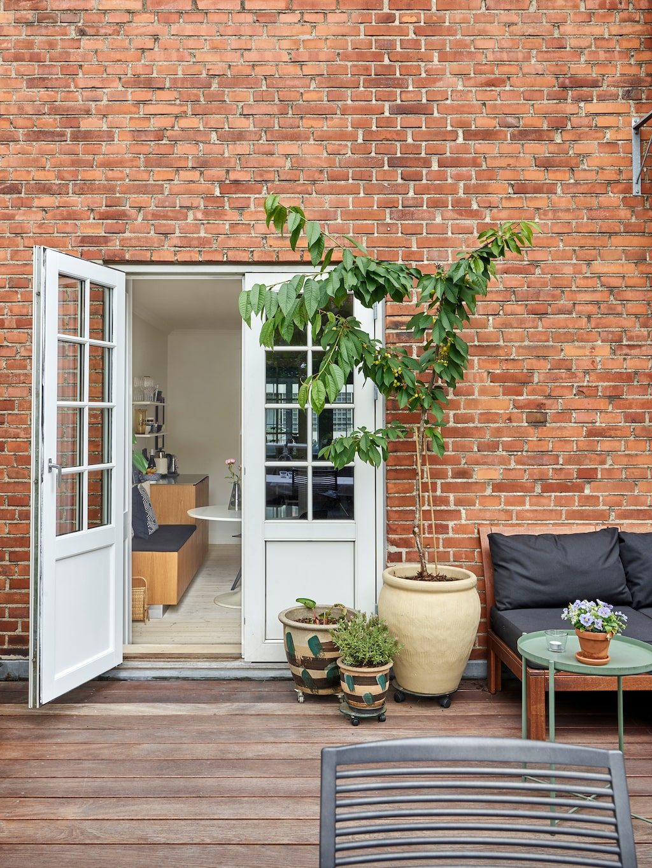 Terrassen är hela 18 kvadratmeter stor och fungerar som ett extra rum sommartid. Loungesoffa Äpplarö och bord från Ikea. Matgrupp från Fast design.