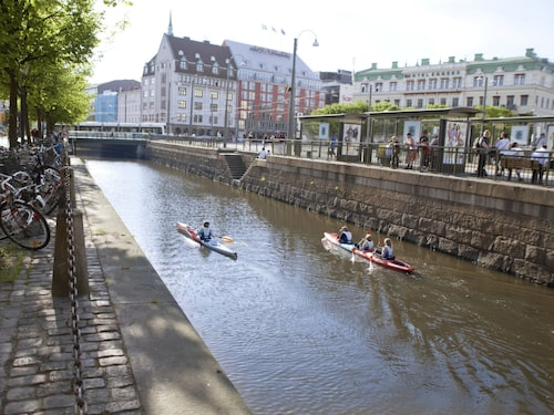 På Point65 Kayak Center får du hjälp med att ta kajaken runt i centrala Göteborg.