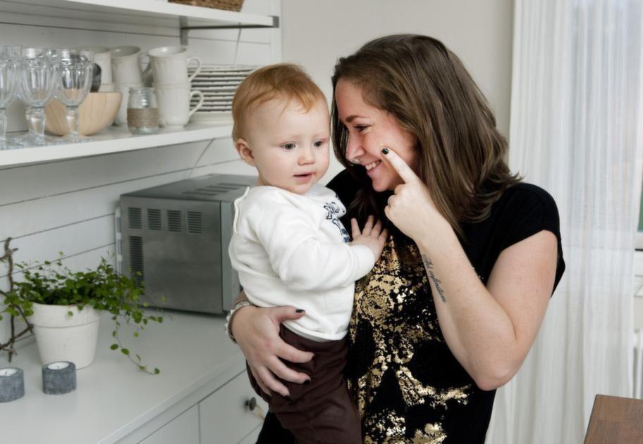 """Gillar krämen. Kristina Midbrandt har testat en BB-kräm och är mycket nöjd. """"Det går snabbt och du får en naturlig look"""", säger hon. Sonen Melker fyller ett år på fredag."""