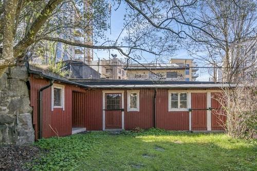 När tomten började bebyggas låg den i Norrköpings utkant.