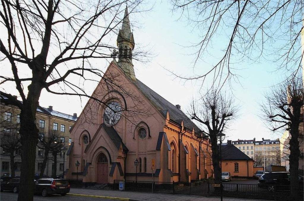Kyrkan på Mariatorget på Södermalm i Stockholm är till salu nu. Byggnaden är i nygotisk stil med torn och konstglasfönster.