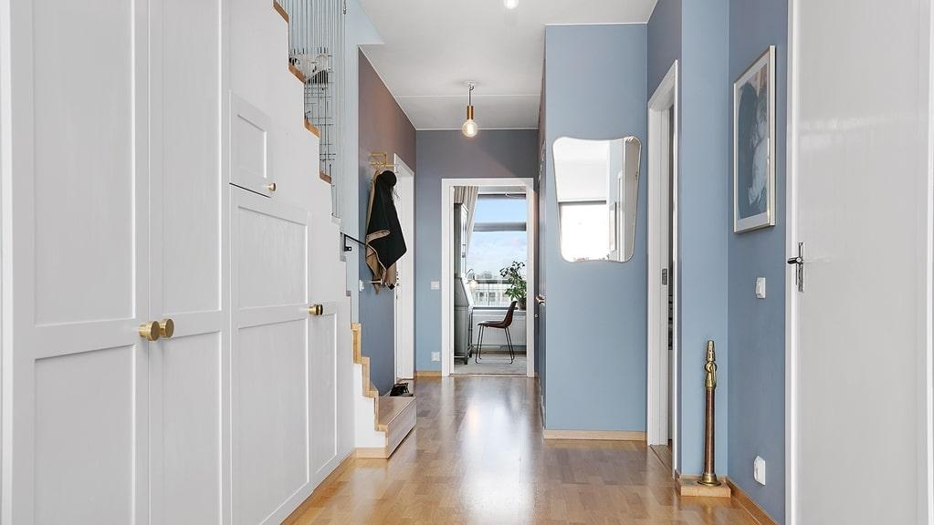 Något som familjen har satsat på är platsbyggd förvaring. Utrymmet under trappan blev skåp som rymmer både resväskor och städartiklar.