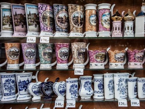 Porslinskopparna med pip säljs överallt.