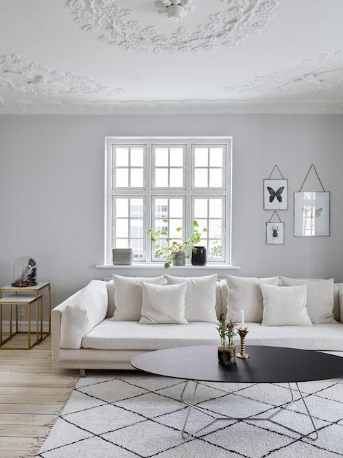 Den stora soffan är av modellen Tub från danska Eilersen. Soffbordet kommer från Peter Boy. Satsborden i mässing kommer från Ellos.