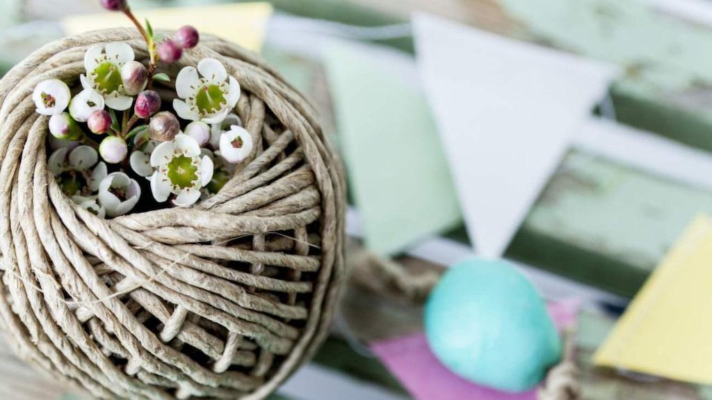 Tips! Klipp till pastelliga vimplar av papper och häng tillsammans med äggen i riset!