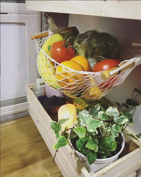 En hängmatta håller frukt och grönsaker på plats när det skumpar runt.