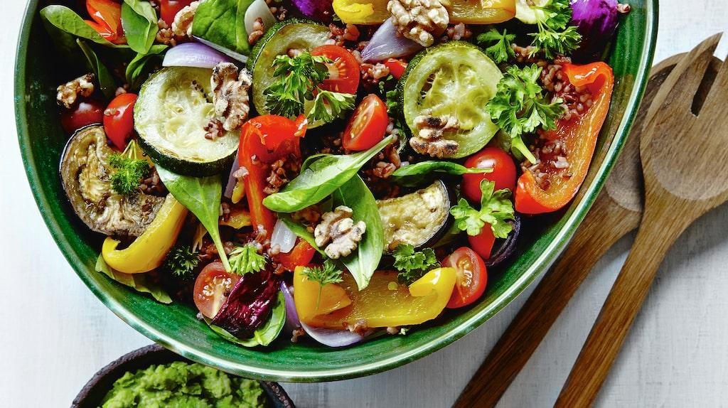 Ett sätt att slippa sötsuget är att äta dig mätt på hälsosam mat.