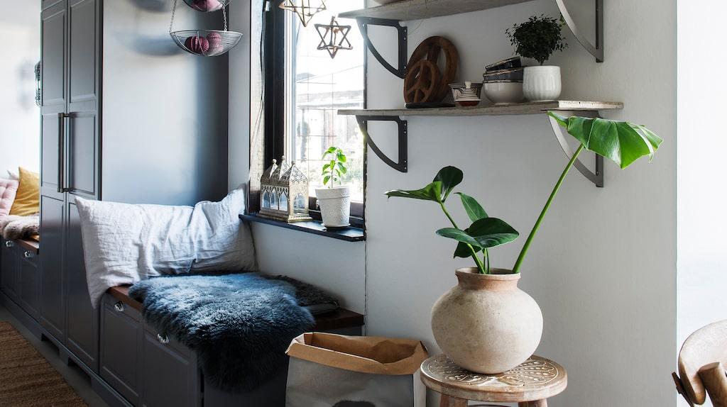 Genom att slå ut några väggar till ett angränsande rum blev köket stort och rymligt. Här finns numera även plats för praktiska sittbänkar. Hyllorna har Camilla och Andreas gjort själva. Pallen kommer från Ellos och lamporna från Ikea.
