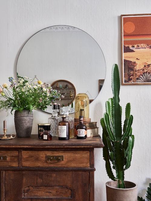 Den gamla skänken har plats för det mesta. Spegel, lems. Tavla, Junique. Skänk, Blocket.