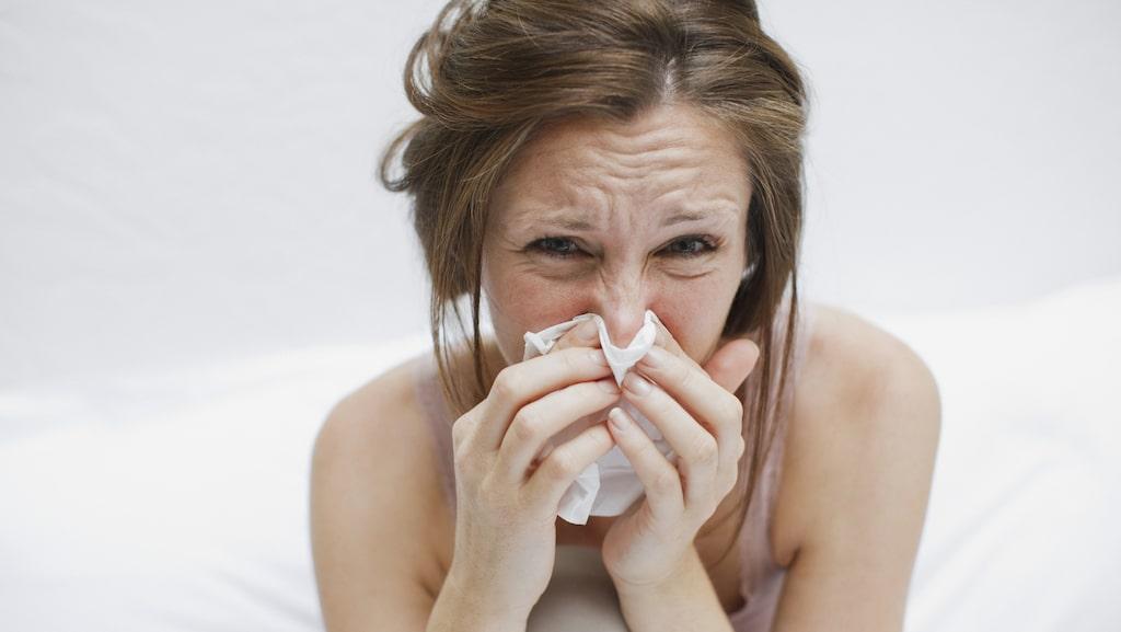 Blir man verkligen förkyld av att gå ut med blött hår? Kan en förkylning smitta genom en handskakning?