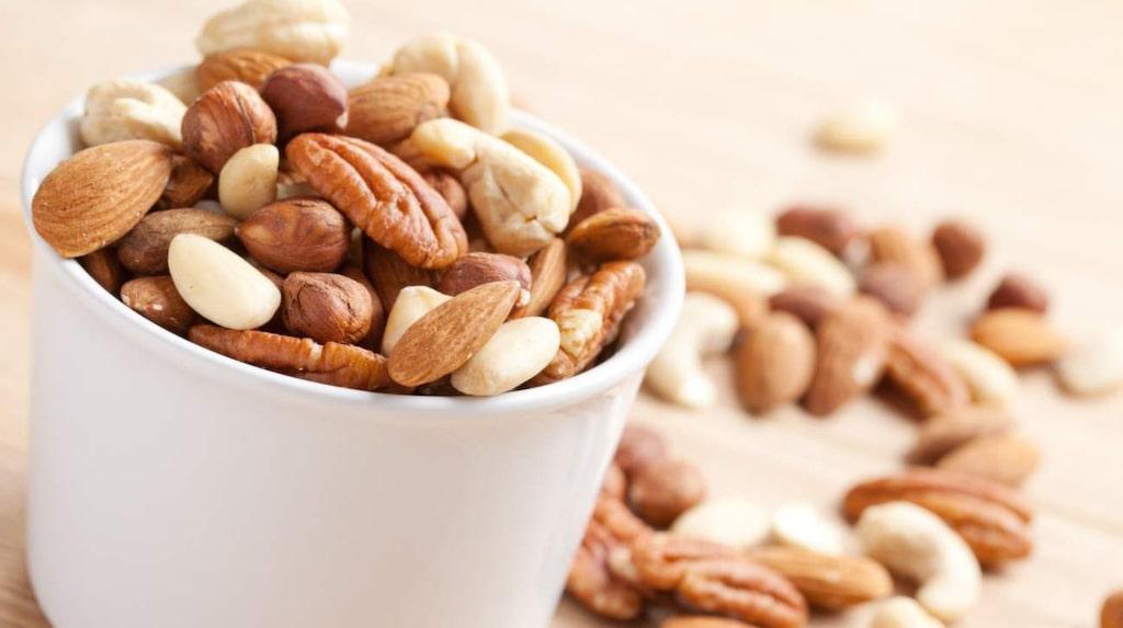 <p>När du fyllt 40 kan det vara bra att tänka på intag av magnesium, kalcium och vitamin D. Bra mat är exempelvis fet fisk, nötter och frön.</p>