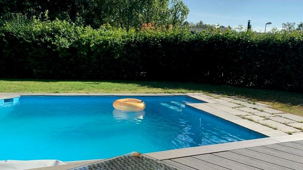 En pool finns i trädgården.
