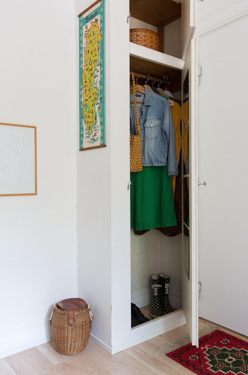 Garderob intill ytterdörren.
