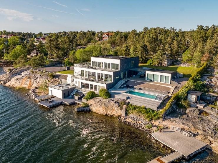 Riktigt lyxigt sommarhus intill havet. Här finns både pool, brygga och terrasser med makalös havsutsikt.