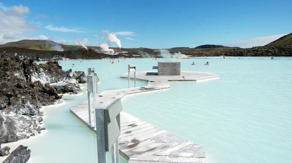 Det geotermiska spaet Blue Lagoon är en av Islands mest kända sevärdheter. Det ganska dyrt och måste bokas i förväg men ett måste för varje Islands turist.