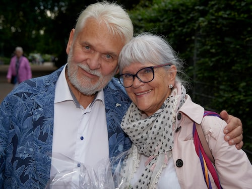 """Hasse Andersson och frun Monica Forsberg skulle egentligen ha turnerat med barnmusikalen """"Svingelskogen"""", men nu sitter de hemma i karantän i stället. """"Det är inte så farligt när man bor som vi. På kvällarna sitter vi på balkongen och tittar ut mot havet"""", säger Hasse."""