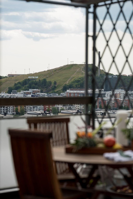 Terrassen är belägen i öst med vidsträckt utsikt över Globen, Hammarbybacken, Duvnäs till Nacka.