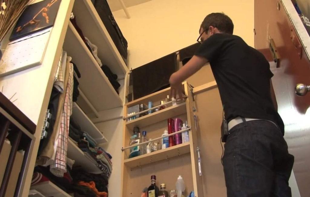 Här förvarar Luke både kläder, porslin, böcker, toalettartiklar och rengöringsmedel.