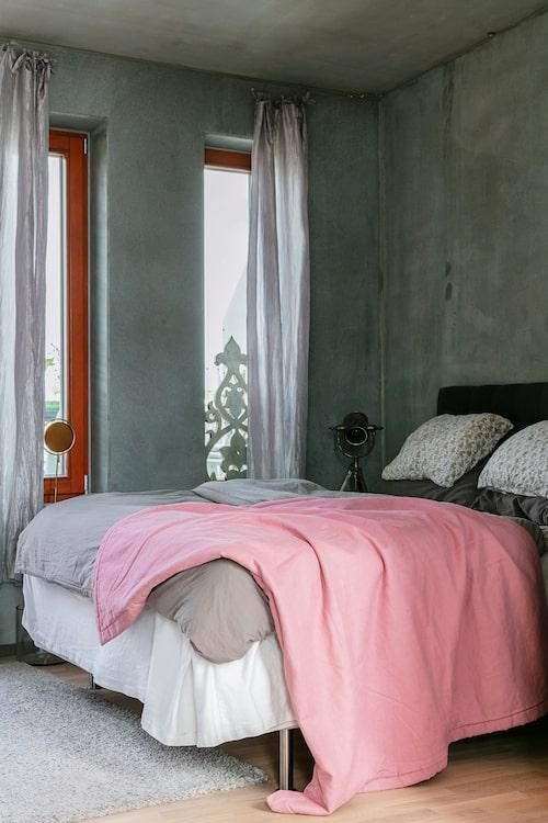 Sovrummet är ett av lägenhetens största rum och här finns en utgång till terrassen. Sängkläder från Reva Home och Gant. Lampa, Ilva. Skulpturen i fönstret kommer från Anettes nedlagda butik.