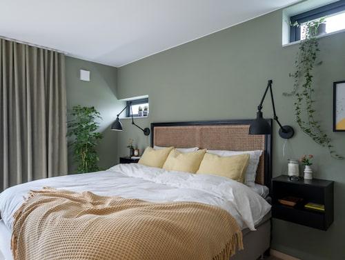 Sovrummet går i grönt, svart och gult. Sängborden från Jysk var från början vita men har lackerats om i svart för att passa sovrummets inredning. Sänggavel, Ellos. Gula örngott, Ikea. Sänglampor, By Rydéns.