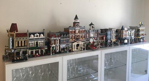 """""""När lego började vända sig till äldre kundgrupper gjorde man bland annat sådana här modulhus. Det här är hemma hos oss"""", säger Rickard."""
