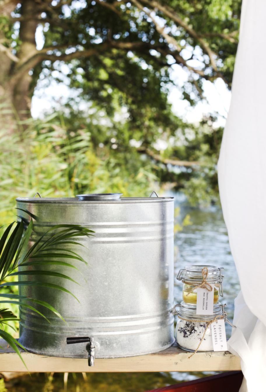 Mini-spa på bryggan. Vattenbehållare, 899 kr, Granit. Lyxa till det med en hemgjord kroppsskrubb. Blanda 1 dl mandel- eller olivolja med 2 dl strösocker. Rör ner några droppar rosen- eller lavendelolja. För ett skönt fotbad, blanda grovt salt med torkade lavendelblommor eller några droppar lavendelolja.