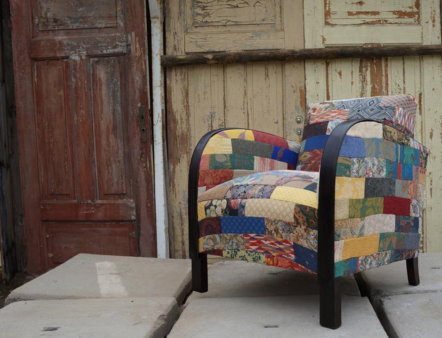 SOM NY. Att Sten Olofsson började klä om gamla möbler med lapptäcken hände mest av en slump. Stuvbitar blev över och när han blandade dem med utgångna tygprover såg det trevligt ut, sedan var det bara att klippa till önskade storlekar och sy ihop dem. Fåtöljen på bilden är en riktigt tidig Ikea-stol som fått ett nytt liv.