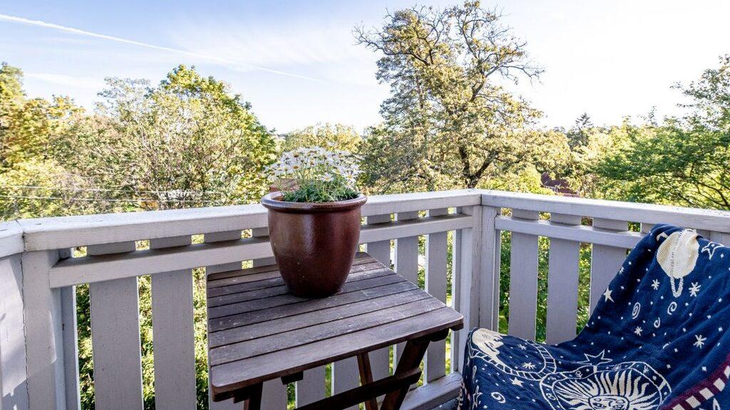 Från den lilla balkongen har man utsikt över Solhem.