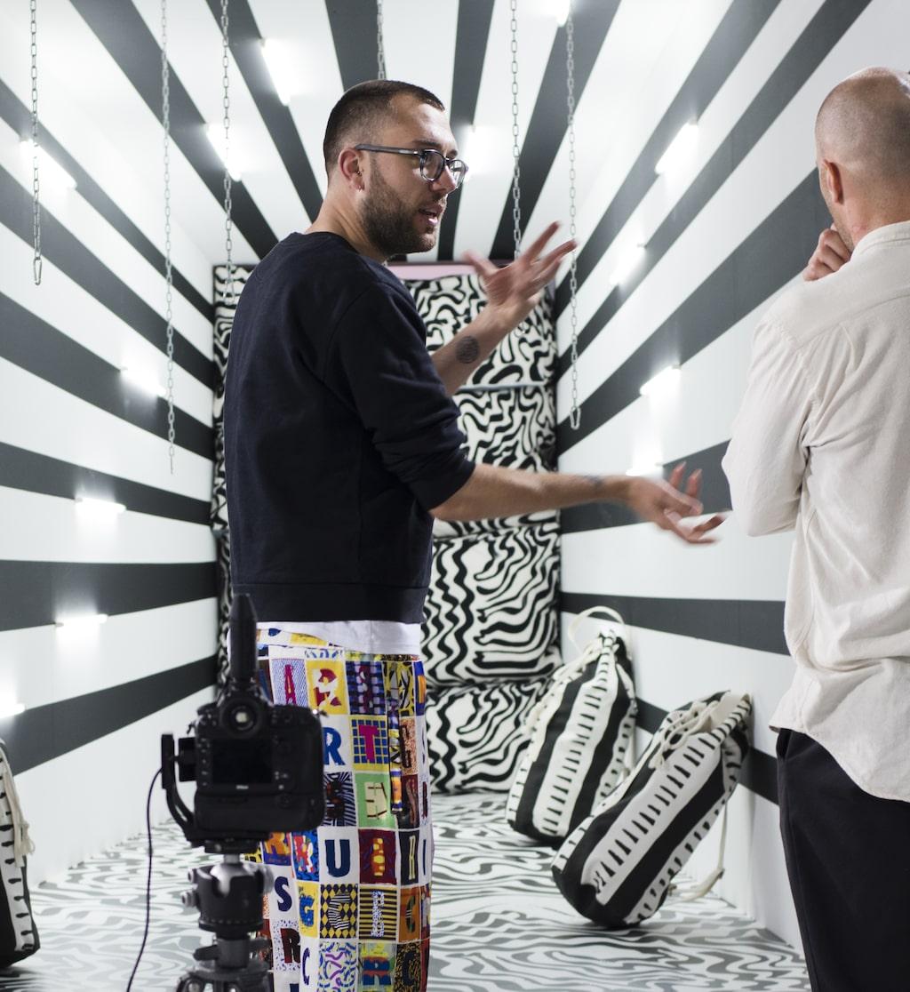 Modeskaparen Kit Neale är född och uppvuxen i London och blev snabbt ett namn i branschen när han 2012 startade sitt eget klädmärke. Kit Neale är känd för sina djärva mönster och prints som ofta innehåller referenser till brittisk livsstil och kultur. Hans dröm var att få jobba med Ikea vilket nu har blivit verklighet.