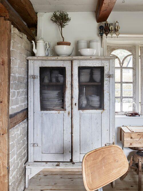 Mycket av husets porslin står i det gamla skåpet som är inköpt på en nätauktion.