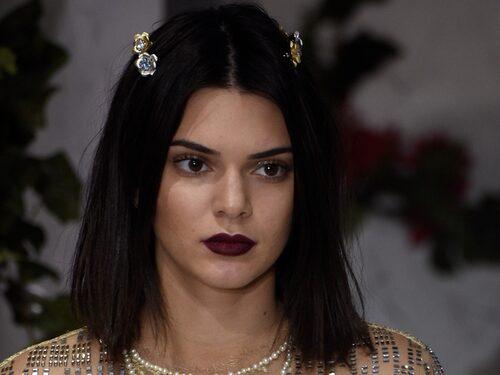 Kendall Jenner sportar en lite längre bob med mittbena.