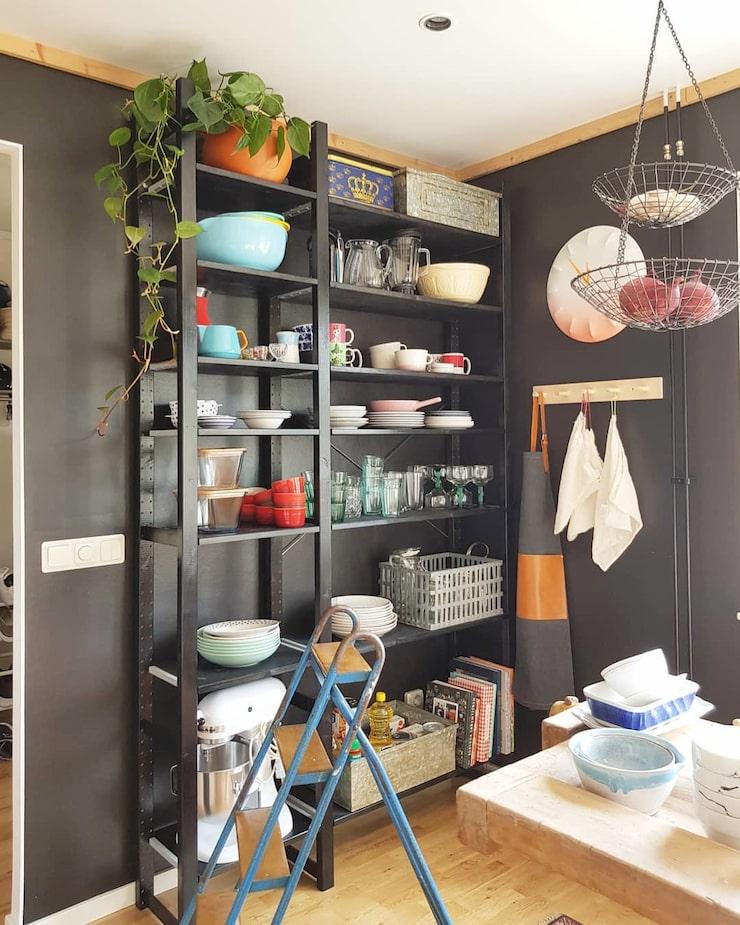 """""""I köket står vår ommålade Ivar-hylla från Ikea som är fylld med second hand-porslin och min längsta ranka."""""""