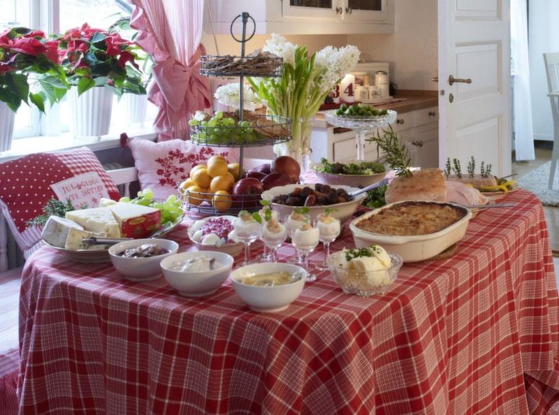 JULBORD. Jeanette har dukat upp ett julbord i sann Fanny och Alexander-anda i köket och bjuder på en försmak av julen.