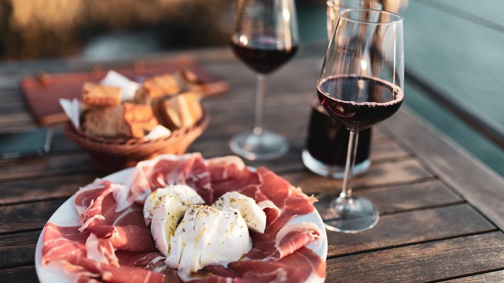 """Läsarna undrar om det finns rödvin som även en vitvins-drickare kan tycka om. När det bjuds på """"rödvinsmat""""."""