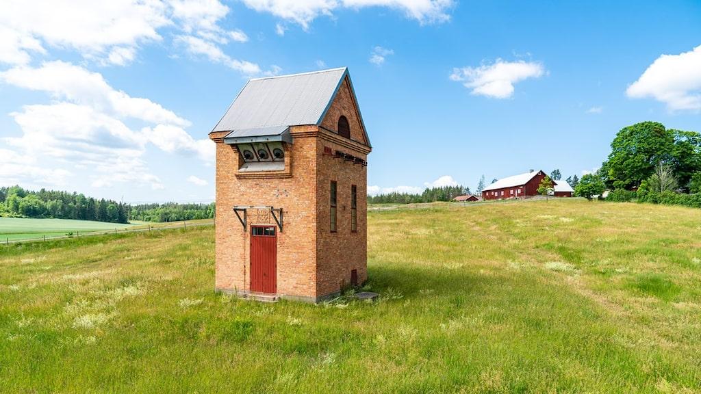 Ett gammalt transformatorhus från tidigt 1900-tal är för första gången ute på marknaden och kan nu bli ditt nya häftiga sommarställe.