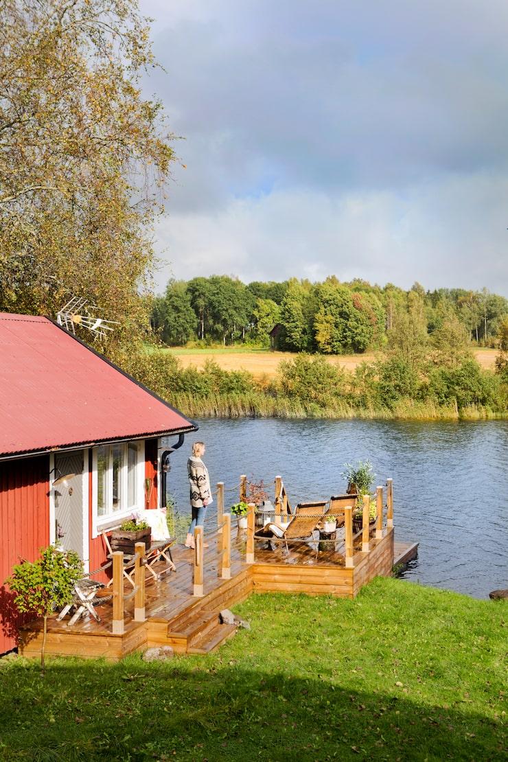 Det var kärlek vid första ögonkastet när Linda och Fredrik hittade det lilla huset vid sjön.