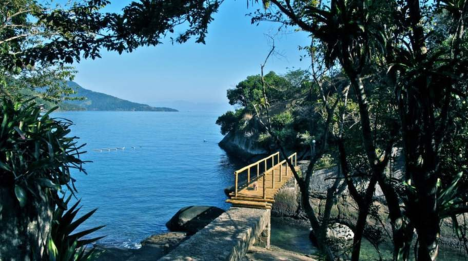 Bo på en egen ö? Bara två timmar från Rio de Janeiro ligger regnskogsklädda ön Ilha Grande med flera mindre öar i anslutning.