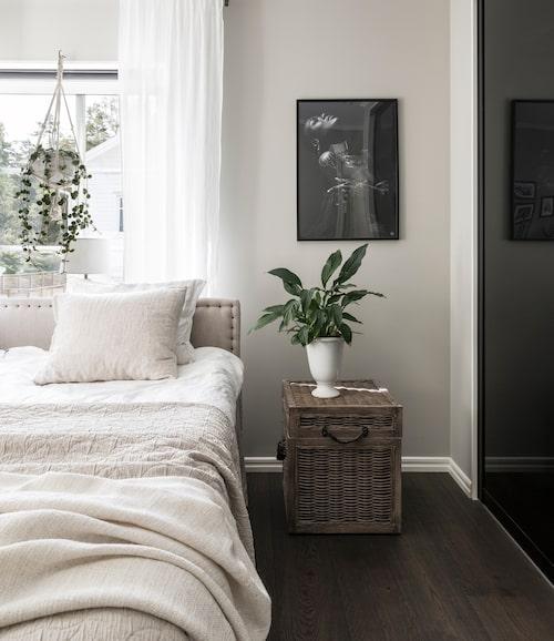 Sängbord, Artwood. Sängkläder, Hemtex.