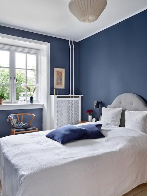 Sovrummet är målat i kulören Deco blue från Jotun Lady. Sofie har själv tillverkat den vadderade sänggaveln. Taklampa från Broste Copenhagen.