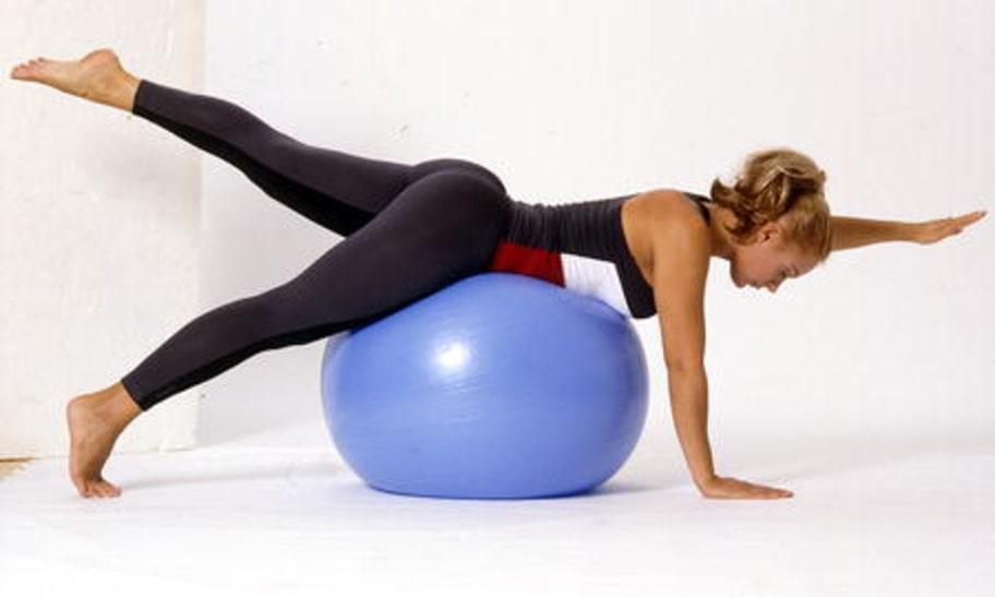 4. Ryggbalans: Lägg dig över bollen på alla fyra så att bollen stöttar höft och mage. Sätt händerna plant mot golvet på axelbrett avstånd med sträckta armar och håll tårna i golvet. Lyft växelvis upp en arm och motsatt sidas ben rakt uppåt i utsträckt läge. Gå inte så högt att du börjar svanka. Gå tillbaka och upprepa på andra sidan.